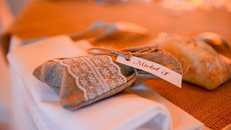 MonaLisa wedding planner tours 37 organisation mariage cadeau des invités pochette toile de jute dentelle