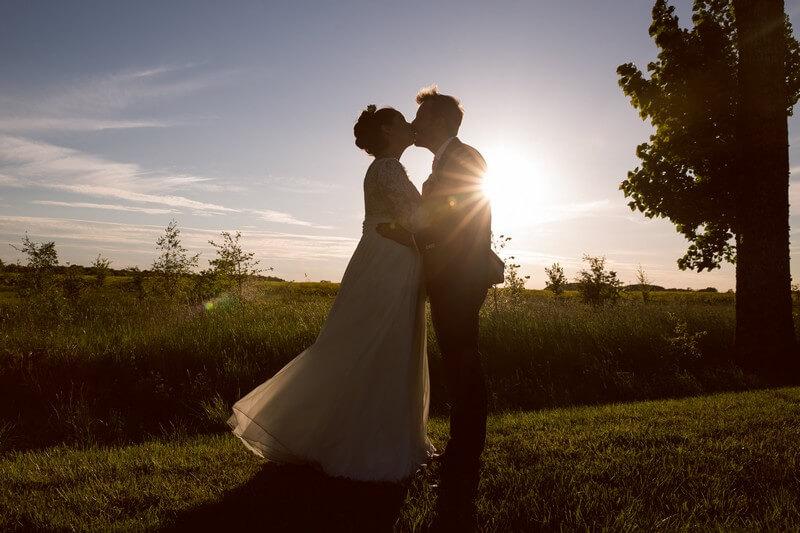 MonaLisa wedding planner tours 37 organisation mariage baiser couple coucher de soleil