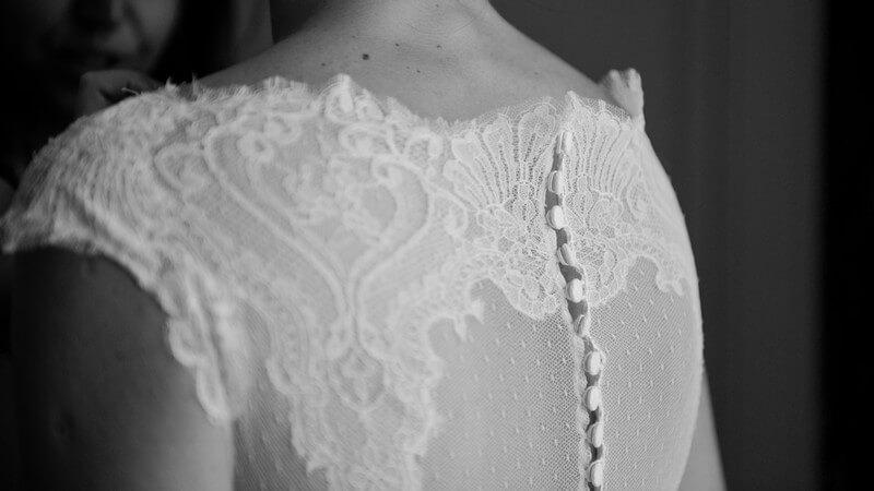 MonaLisa wedding planner tours 37 organisation mariage détail robe mariée dos dentelle boutons