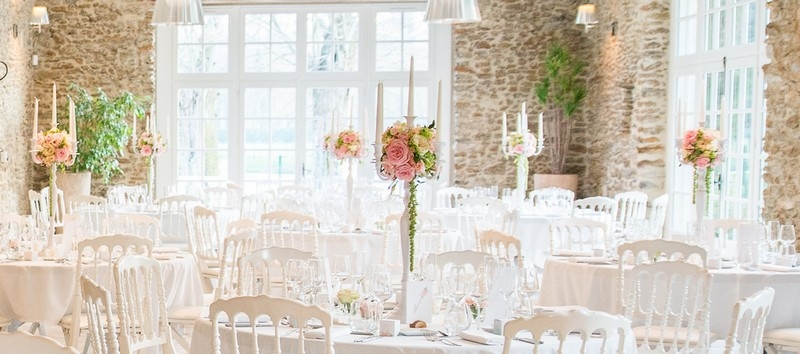 MonaLisa wedding planner tours 37 organisation mariage décoration salle château de la vaudère chandeliers blancs fleuris pastel